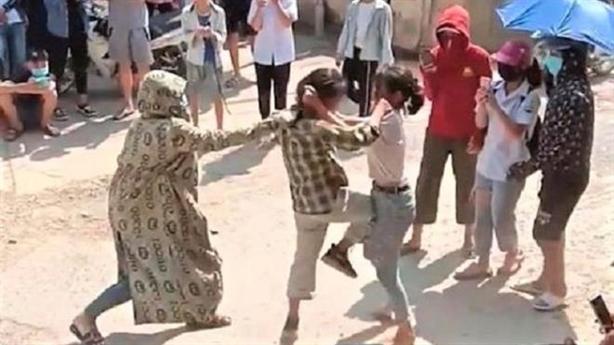 Đám đông đứng xem nữ sinh đánh nhau: Rất đáng buồn...