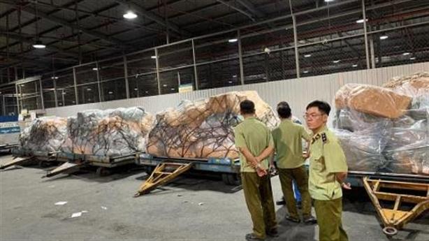 Phát hiện 4 tấn nghi hàng lậu trong kho Vietnam Airlines