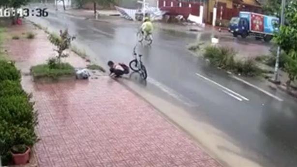 Nam sinh nhặt rác miệng cống dưới trời mưa: Ngẫm mình