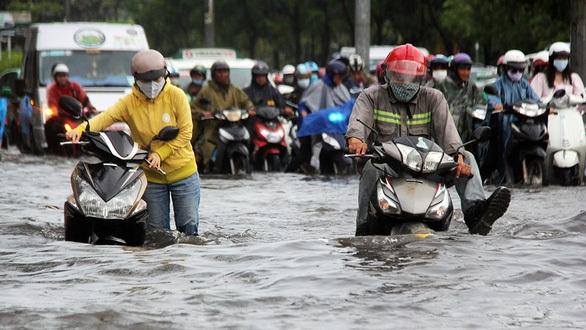 TP.HCM hay mưa bất ngờ, rốn ngập Nguyễn Hữu Cảnh ra sao?