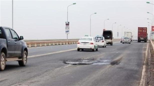 Tìm nhà thầu sửa mặt cầu Thăng Long: Đâu phải tìm xa