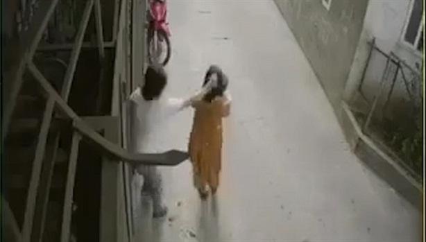Chồng giật tóc vợ khiến con văng xuống đất
