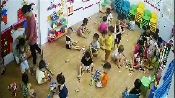 Cô giáo bị tố dùng dây chun bắn trẻ: 'Chỉ bế cháu'