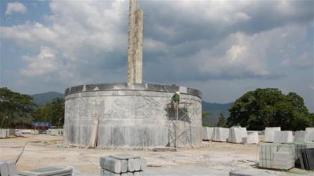 Huyện nghèo xây tượng đài 48 tỷ, điêu khắc bị sai