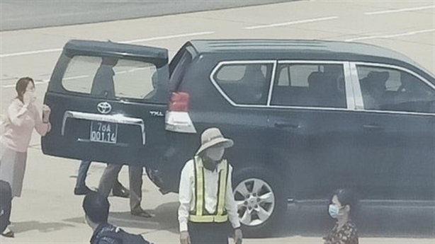 Ôtô vào sát máy bay đón...Phó Bí thư tỉnh: 'Phản cảm'