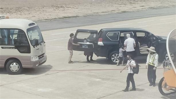 Ôtô vào sát máy bay đón...Phó Bí thư tỉnh: 'Không ảnh hưởng'