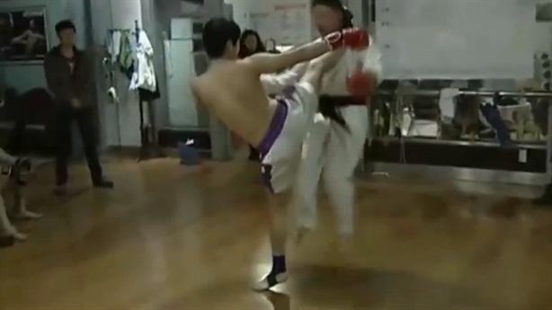 Võ sĩ Muay Thái một đá hạ đối thủ Trung Quốc