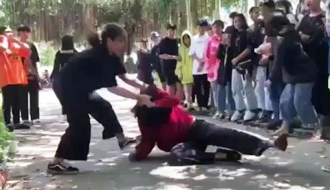Thiếu nữ bị đánh vì