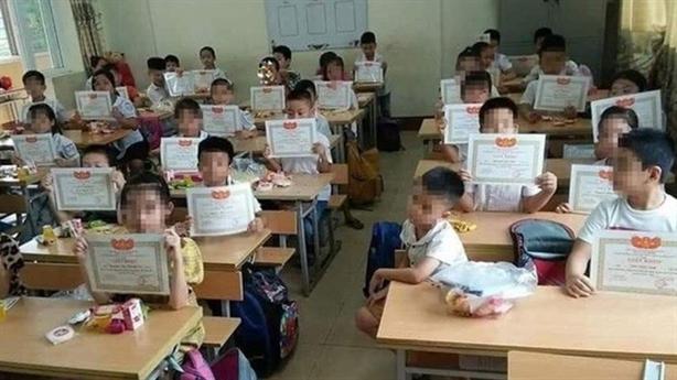 Cả lớp giơ giấy khen, mình em lẻ loi: 'Hình thức quá'
