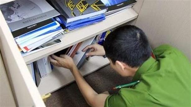 Khám khẩn cấp nhà đối tượng chiếm đoạt tài liệu bí mật