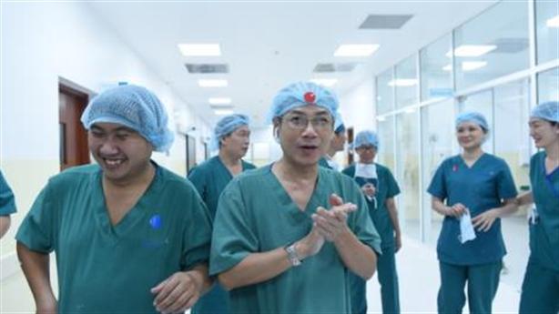 Phẫu thuật tách 2 bé thành công: Cảm ơn trí tuệ Việt!
