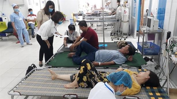 Gần 100 người nhập viện sau dự tiệc: 'Bữa tối nhiều món'