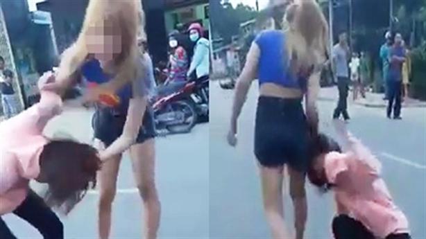 Đánh cô gái trẻ tới tấp giữa đường: 'Thích trộm tiền à'