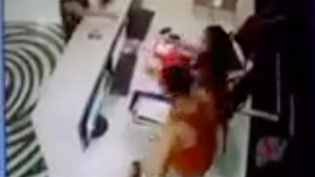 Người đàn ông đánh nữ nhân viên bể bơi: 'Tôi nóng quá'