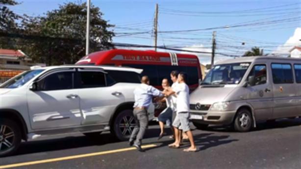 Hai tài xế đánh nhau giữa đường: Do giành vượt trước