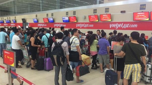 Xử lý hành khách nhổ nước bọt vào nhân viên hàng không