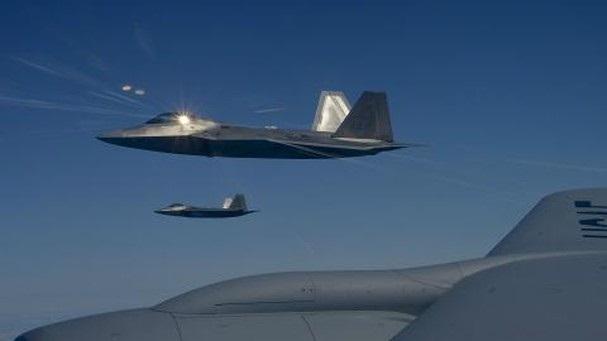 Mỹ chi tiền tỷ giúp F-22 biết đánh đất