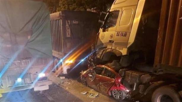 Ôtô chờ đèn đỏ bị container chèn qua, 4 người thương vong