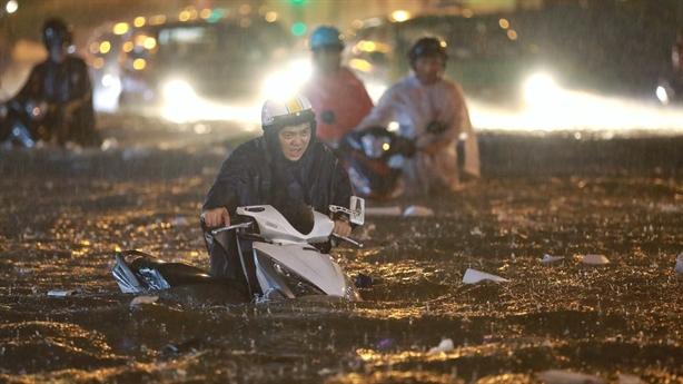 Đường Nguyễn Hữu Cảnh ngập sâu: Siêu máy bơm cũng chịu