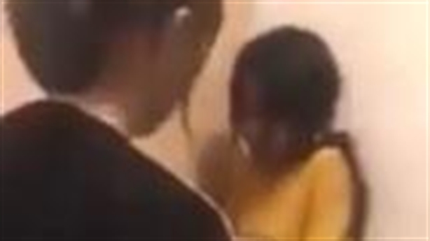 Nữ sinh bị đánh liên tục van xin, nhiều người đứng xem