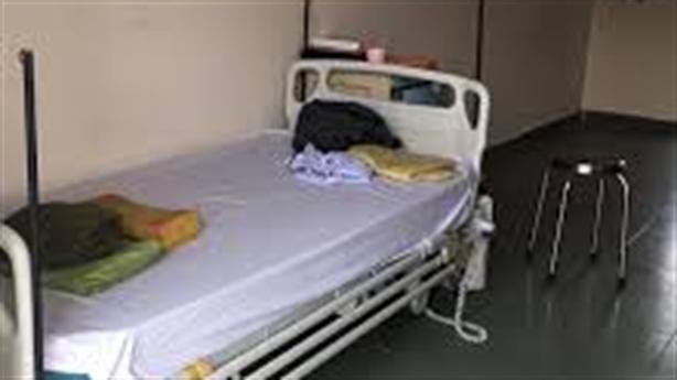 Mang giường đến UBND xã nằm vì sợ nằm một mình