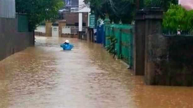 TP.Hạ Long ngập lớn sau cơn mưa: Thoát nước không kịp