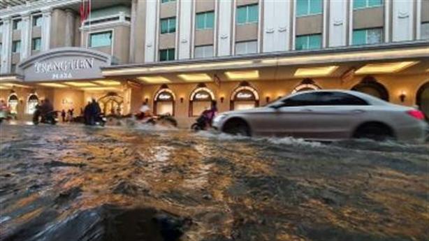 Hồ Gươm ngập cục bộ do mưa lớn: Khó chấp nhận