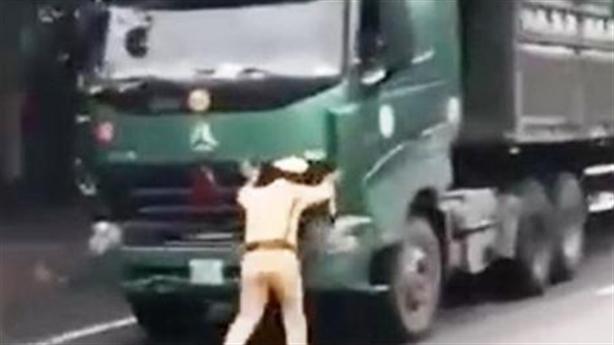 CSGT chặn đầu xe quá tải: Không thể tăng hết ga