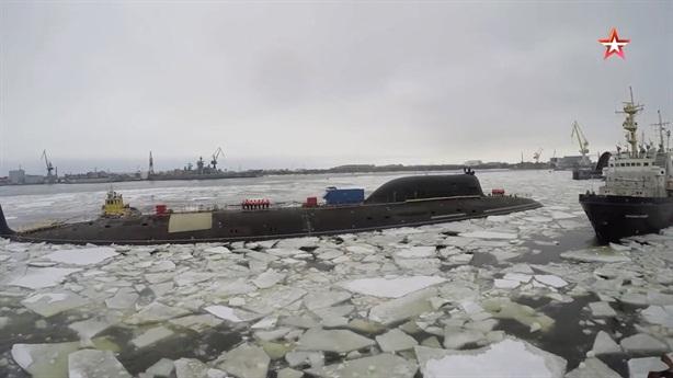 Tàu ngầm Nga phá 1,5m băng để phóng tên lửa