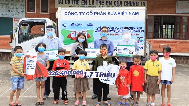 Quỹ sữa vươn cao VN: Vượt COVID mang sữa cho trẻ nghèo