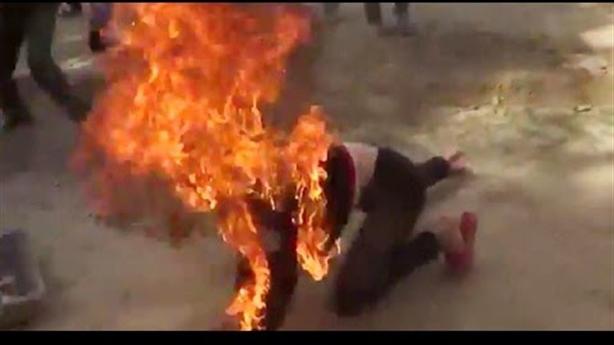 Chồng tẩm hóa chất vào người vợ, châm lửa đốt