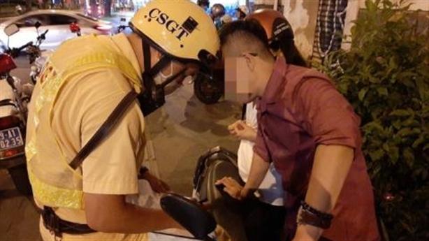 Thanh niên say chở bạn gái, đưa phong bì CSGT không nhận