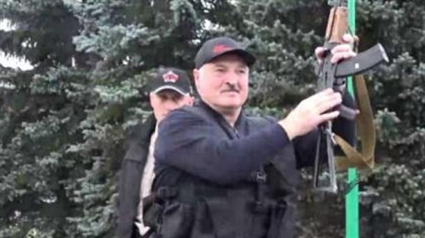 Nghĩ về hai tư thế của Tổng thống Belarus Lukashenko