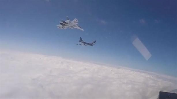 B-52H bỏ đi khi Su-27 khoe tên lửa