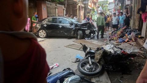 Ô tô điên đâm kinh hoàng 4 xe máy
