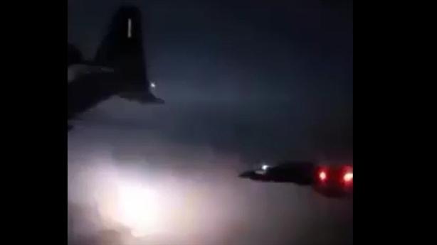Màn tiếp dầu trong đêm sấm sét của máy bay Mỹ