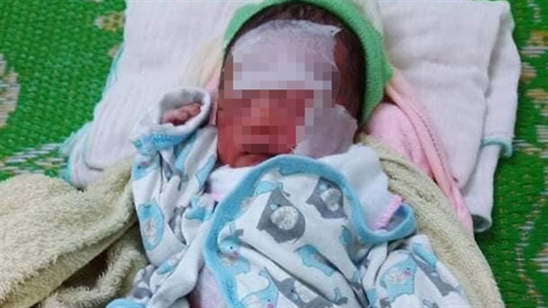 Bỏ trẻ sơ sinh cả ngày giữa nắng nóng, không quần áo