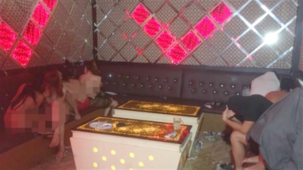 Nhân viên karaoke Dòng Đời thoát y làm bậy: Trò tắm bia