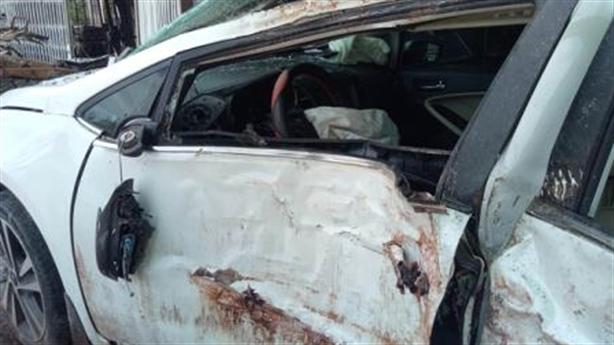 Xe ô tô lao lên vỉa hè, 3 người bắn ra ngoài