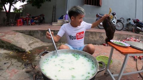Con bà Tân Vlog nấu cháo gà nguyên lông: 'Xử nghiêm'