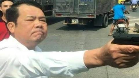 Bắt khẩn cấp giám đốc rút súng dọa giết người