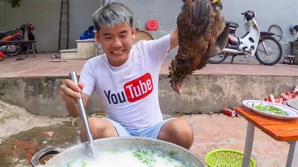 Bà Tân Vlog nói gì vụ con nấu cháo gà nguyên lông?