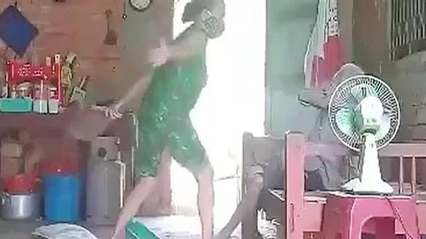 Con xúc rác đổ lên đầu mẹ già: Không thể chấp nhận!