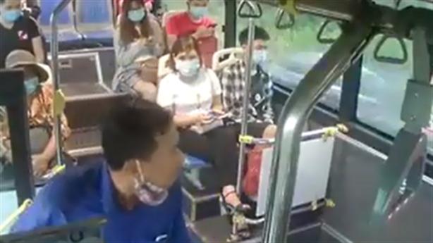 Nhổ nước bọt vào nhân viên xe bus: Cần xử nghiêm