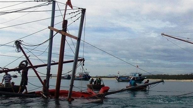 Tin mới tàu câu mực Quảng Ngãi bị tàu lạ đâm chìm