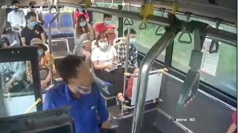 Nhổ nước bọt vào nhân viên xe bus: Chưa xin lỗi