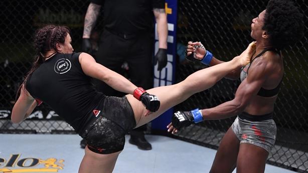 Nữ võ sĩ gốc Thái hạ đối thủ bằng lối đánh hiểm
