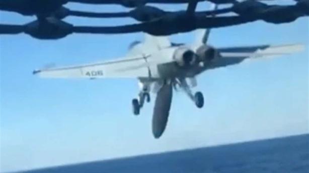 F/A-18E Mỹ rơi thùng dầu ngay khi rời tàu sân bay