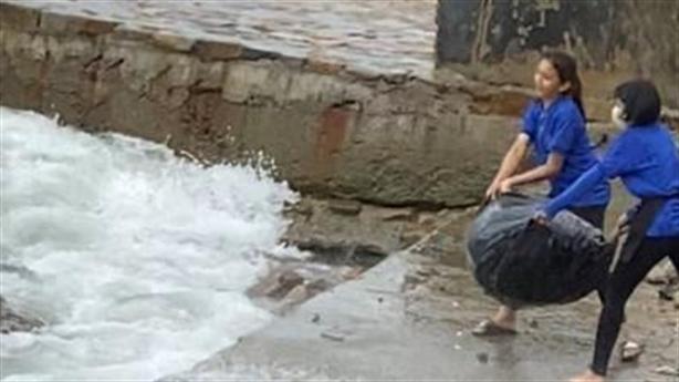 Nhân viên vứt rác xuống biển: Rác nhiều, nặng