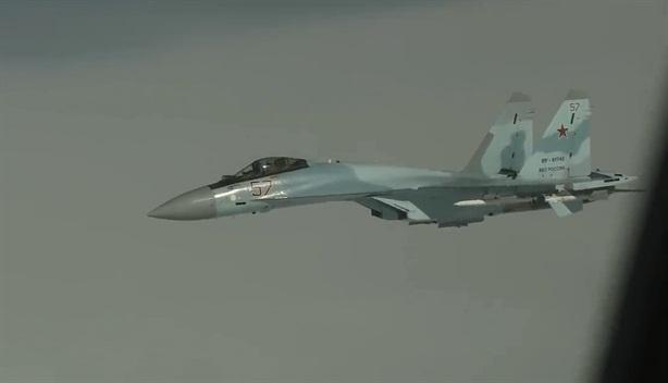 Gripen vội bỏ đi khi bị Su-35 mang vũ khí áp sát